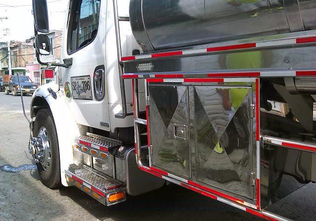 montaje-caja-de-herramienta-en-lamina-acero-inoxidable-para-camion-tractomula-cali-colombia-2